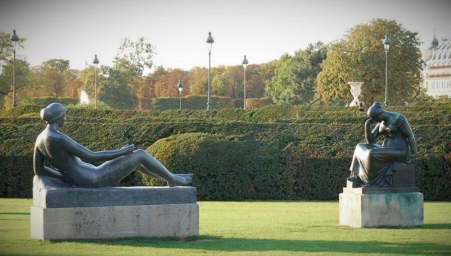 Дина Верни в саду Тюильри