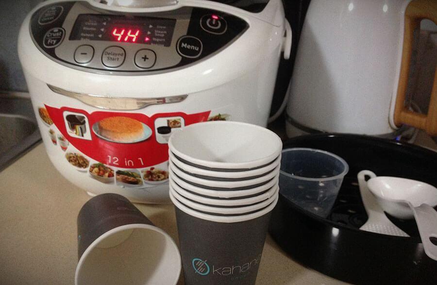 Полезность: для хранения кисломолочки я использую одноразовые кофейные стаканчики — съел/выбросил. Во-первых, это удобно. Во-вторых, не приходится занимать все свободные стаканы в доме. И, предвидя ваш вопрос, отвечаю: нет, ничего не скисает.