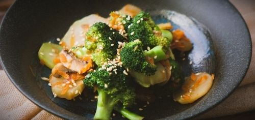salat s brokkoli i kurinoj grudkoj