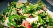 salat s konservirovannym tunczom i rukkoloj