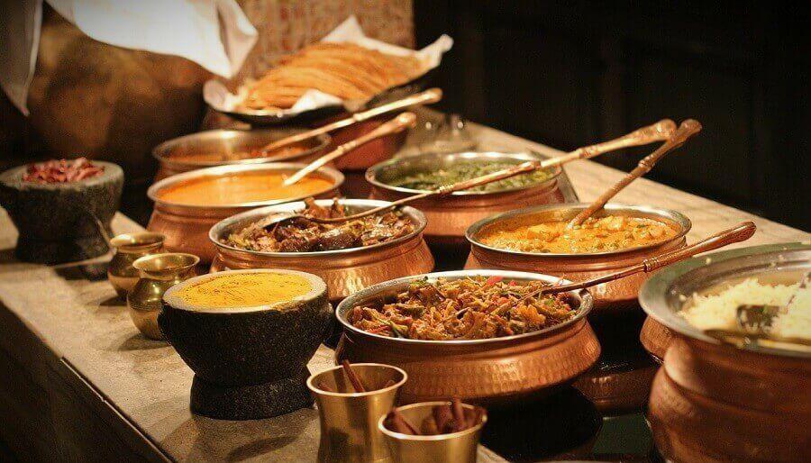 В Лондоне больше индийских ресторанов, чем в Мумбаи или Дели В Великобритании около 15 000 ресторанов, большинство из которых находятся в крупных городах, особенно в Лондоне. И хотя они подают блюда индийской кухни, большинство владельцев имеют бангладешские корни.